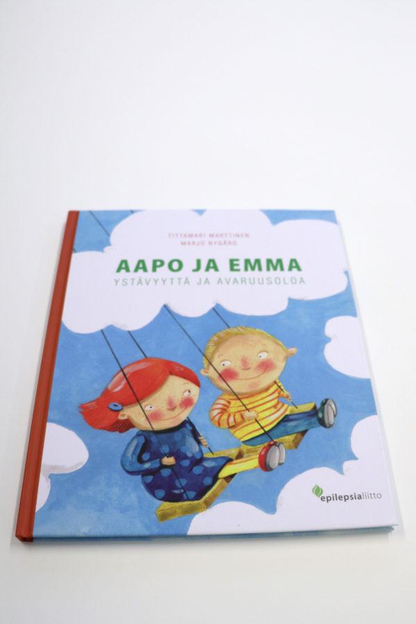 Aapo ja Emma -kirjan kansikuvassa lapset keinuvat ilmassa.