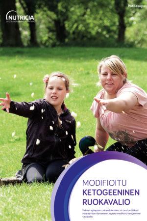 Modifioitu ketogeeninen dieetti esitteen kansi, jossa oppaan otsikko ja aikuinen ja lapsi istuvat nurmikolla.